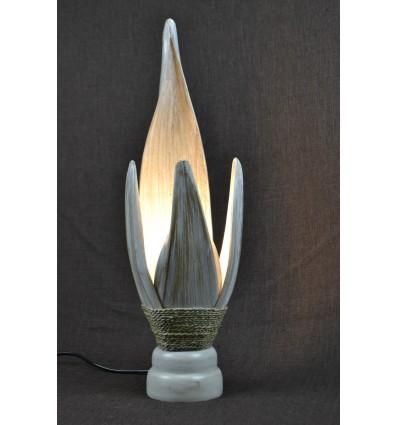 Comodino con lampada stile etnico chic in foglie di palma di cocco. Finitura patina bianca.