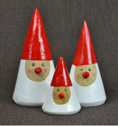 3 statuettes Father Christmas in the wood with a pointed hat. Deco Christmas craft.