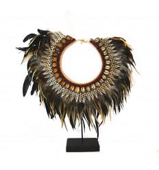 Collare papuano piume. In stile scandinavo, arredamento etnico bohemien hygge.