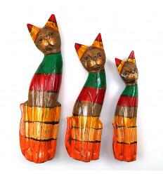 Trio di statuette di Gatti di legno multi-colored, in modo che il legno della barca che è invecchiato.