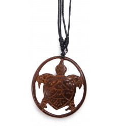 Collier motif tortue sculptée dans une noix de coco