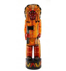 Grande staute de chef indien américain avec coiffe de plumes et hache de guerre traditionnelle en bois coloré 100cm
