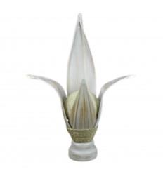 Lampe africaine en feuille de cocotier blanc cérusé. Décoration ethnique exotique.